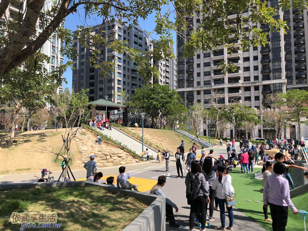[新竹親子景點]關新公園/日光公園~超大磨石溜滑梯/攀爬架~創意黑板塗鴉牆