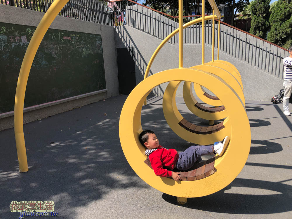 關新公園塗鴉板前四個圓圈圈