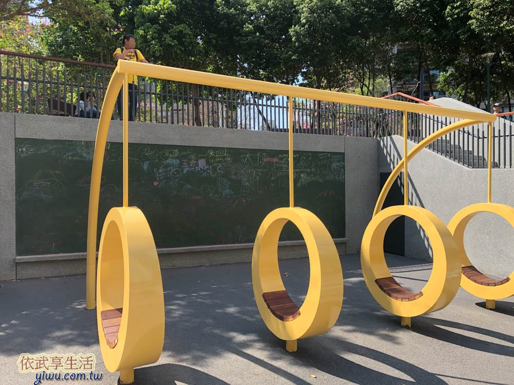 關新公園塗鴉牆前四個圓環