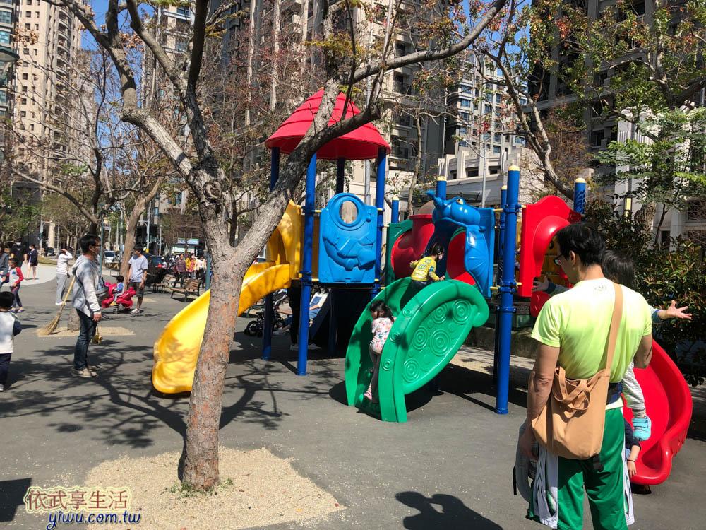 關新公園塑膠溜滑梯