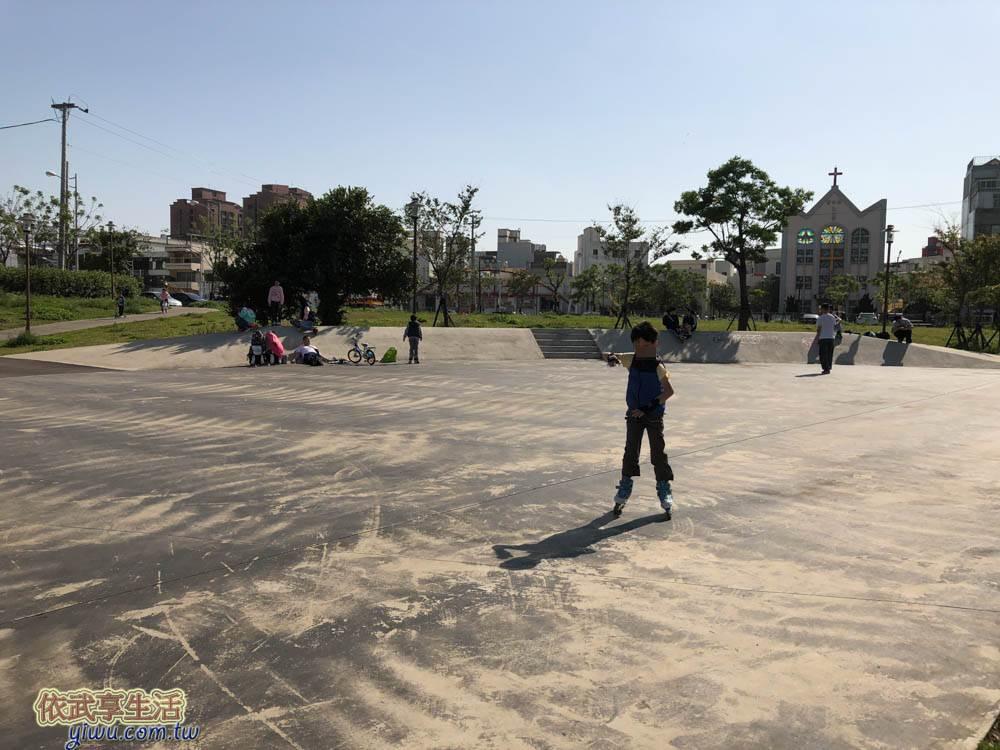 〔新竹親子景點〕樹林頭公園~大型竹籬迷宮+汽車造型草皮攀繩溜滑梯+盪鞦韆+沙坑~孩子們跑跳的好地方