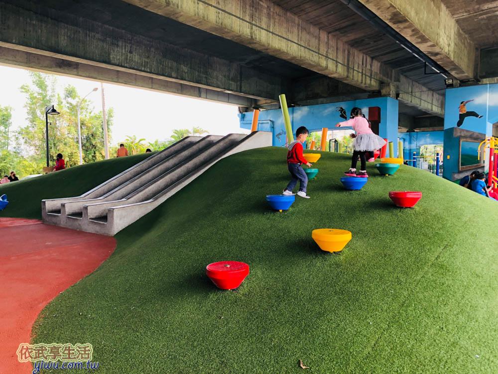 桃園國2橋下兒童冒險公園山丘溜滑梯區