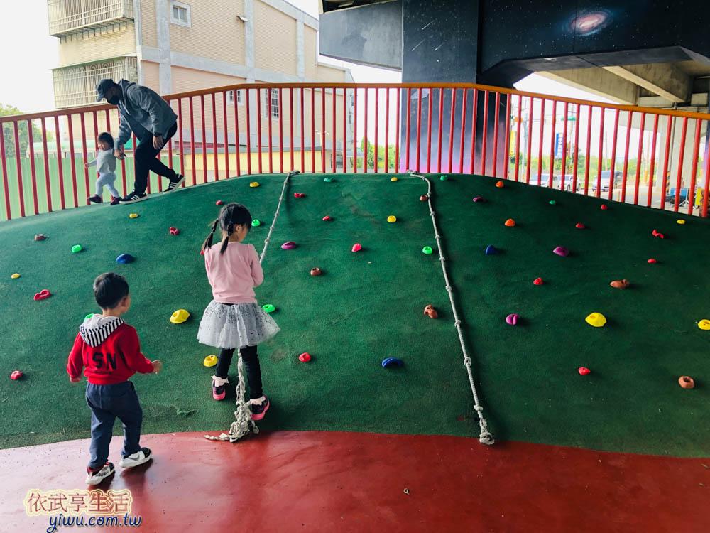 桃園國2橋下兒童冒險公園小型拉繩攀岩區