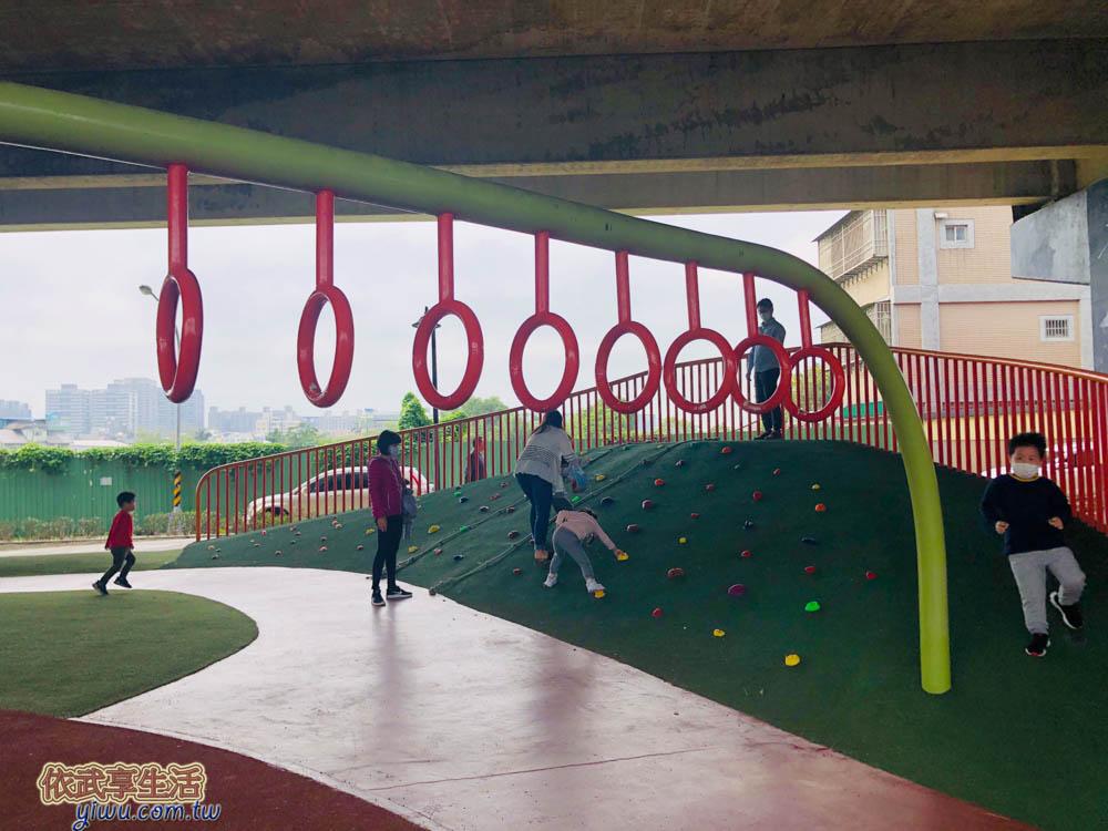 桃園國2橋下兒童冒險公園攀岩區