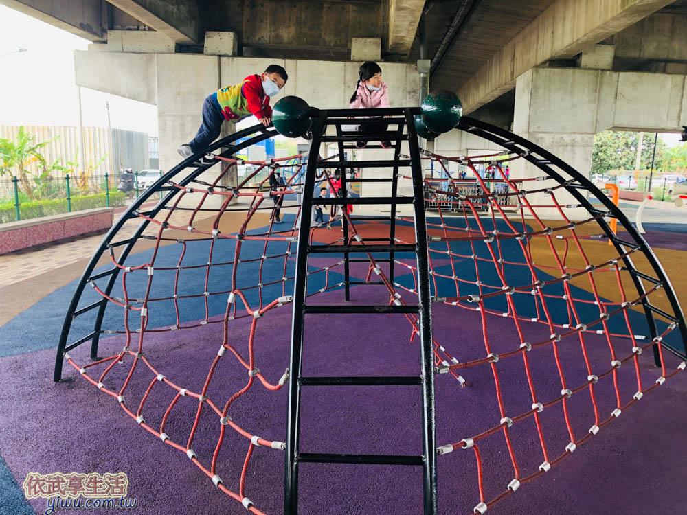 桃園國2橋下兒童冒險公園半圓形攀爬網