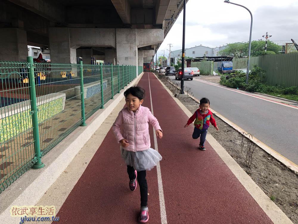 桃園國2橋下兒童冒險公園PU跑道