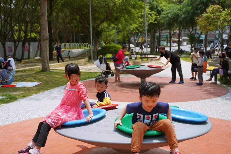 新竹公園大沙坑特色遊戲場旋轉盤