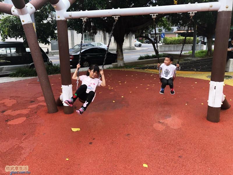 新竹竹東中正公園(兒童公園)盪鞦韆