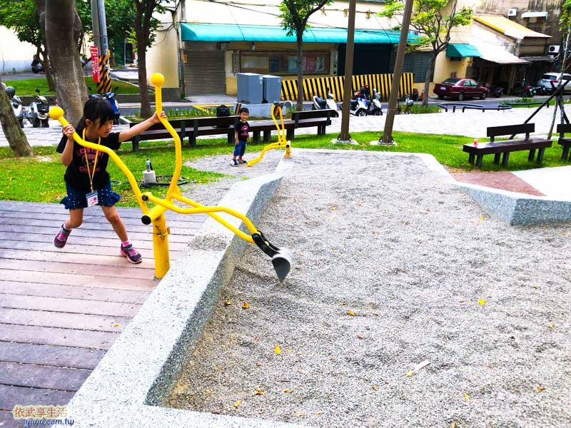 南大公園碎石坑挖土機