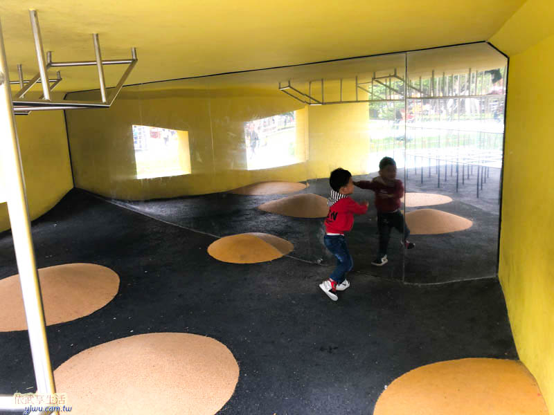 隆恩圳親水公園溜滑梯下面鏡子