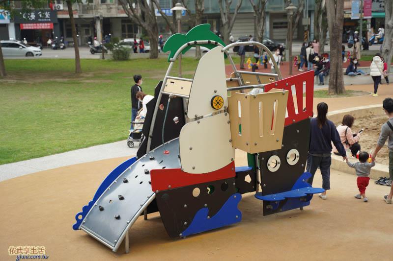 中央公園機械造型溜滑梯
