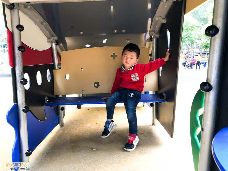 中央公園機械造型溜滑梯下椅子