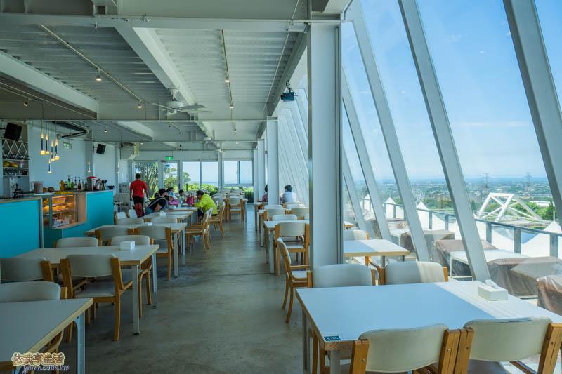 夏季三角景觀咖啡廳室內座位區