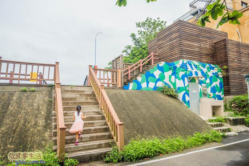 香山濕地賞蟹步道旁的海堤階梯