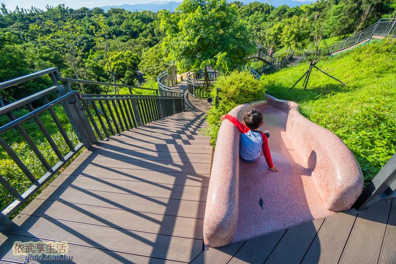 青青草原紅色磨石子溜滑梯