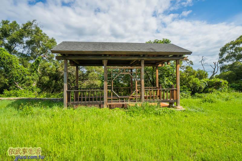 青青草原盪鞦韆旁的涼亭