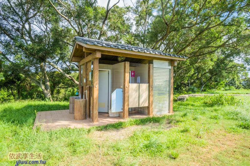 青青草原盪鞦韆旁的廁所