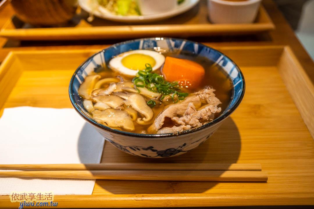 青山溡光餐點